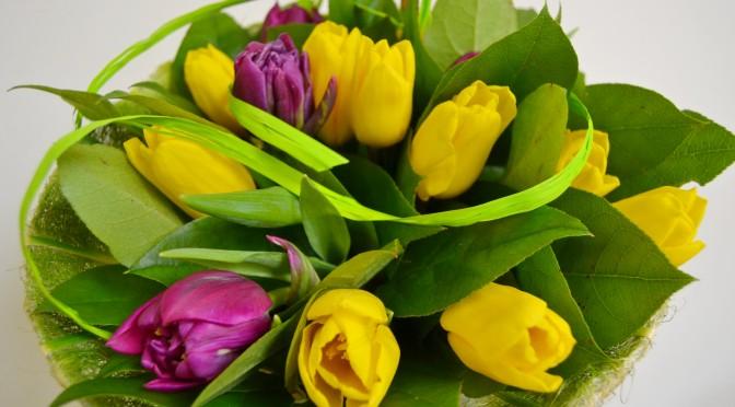 Keväinen kukkakimppu ja asetelma