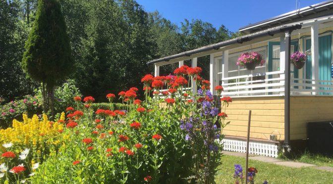 Luvan kanssa puutarhojen porteista sisään